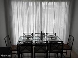 Eettafel met 8 stoelen.