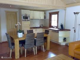Knusse keuken met uitgebreide inventaris.