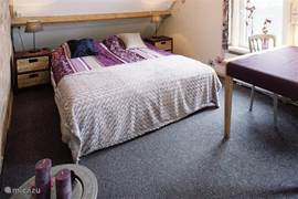 slaapkamer 1e  verdieping met eigen badkamer op andere etage.