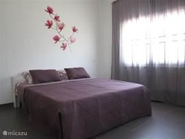 Slaapkamer 2. met linnenkast en airco.