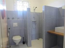 De badkamer met warm en koud water.