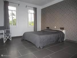 slaapkamer 1, 2 pers bed, linnenkast en airco.