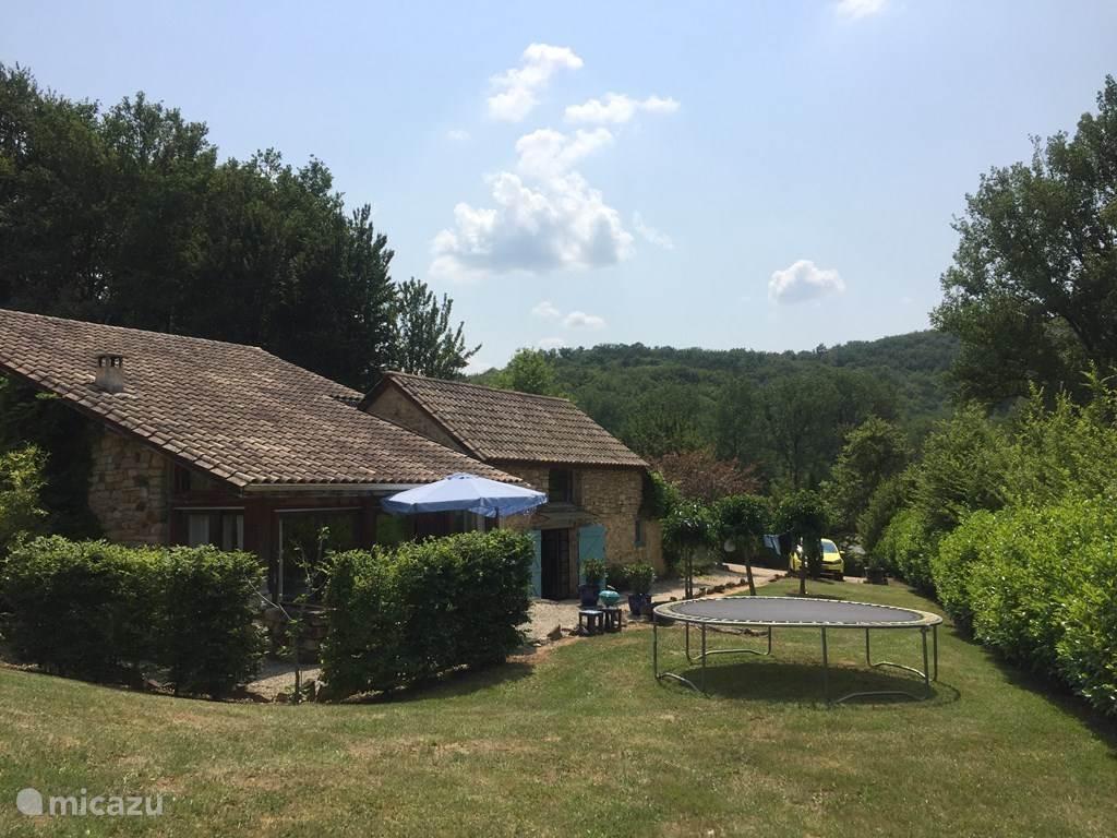 Voorkant met terras en trampoline