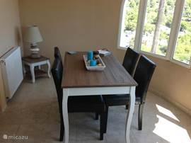 De eetkamer/entrée met open uitzicht.