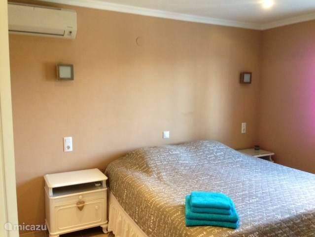 Slaapkamer met Kingsize bed inclusief airconditioning (2013 aangeschaft)