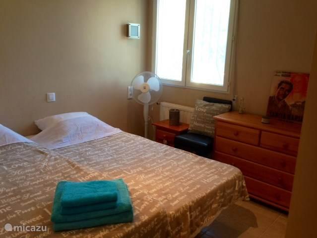 Slaapkamer met twee éénpersoonsbedden.