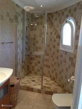 Ruime moderne badkamer