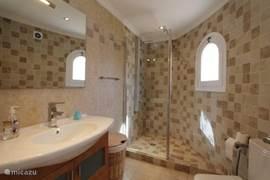 De badkamer en het toilet.