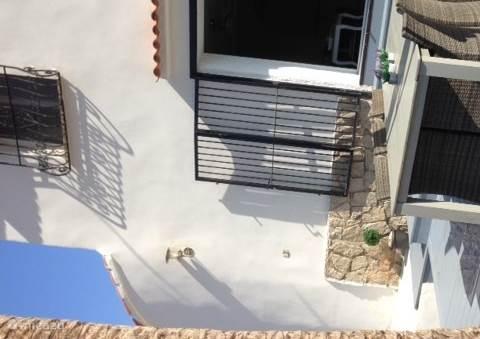 Het terras met openslaande deuren naar het huis.