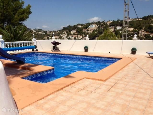 Het zwembad inclusief een leuke glijbaan.
