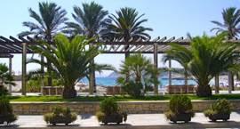 De boulevard bij het Ampolla strand