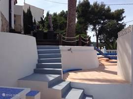 De trap naar naar de bbq en het zwembad.