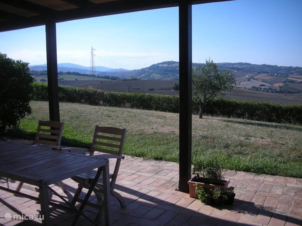 Uitzicht vanaf het overdekte terras, richting Fratta Rosa (waar zich het wijnhuis Terra Cruda bevindt)