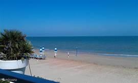 De zee ligt op ongeveer 25km en biedt alle mogelijkheden van strandvertier. Er zijn zand- en kiezelstranden en een overvloed aan gezellige strandtentjes waar je heerlijk vis kunt eten.