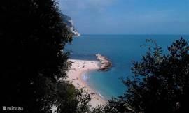 Richting Ancona ligt het natuurpark Sirolo met prachtige baaien en heerlijke eettenten aan het strand
