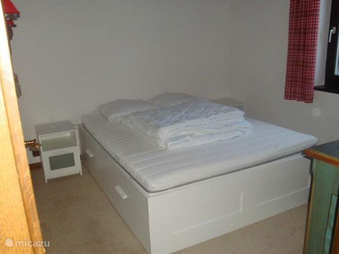 De ouderslaapkamer op de begane grond.  Deze kamer is ongeveer gelijk aan de ouderslaapkamer in het Gastenverblijf. Onder het bed vindt u grote berglades en het bed is iets hoger waardoor in en uitstappen makkelijker is.