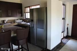 Zijkant van de keuken met een echte Amerikaanse koelkast.