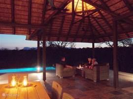Romantisch bij zonsondergang op het terras.