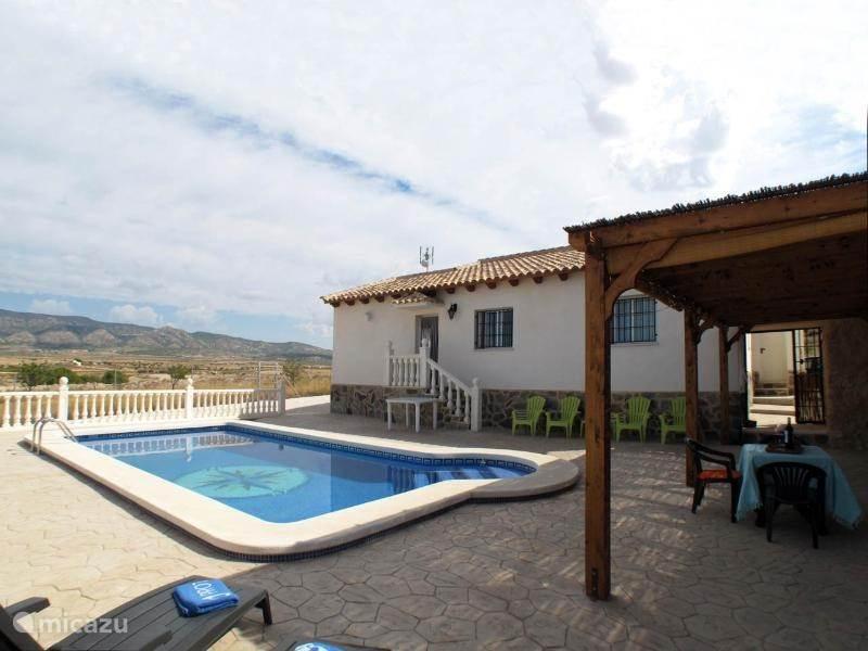 U kunt genieten van het heerlijke zoutwaterzwembad 8x4 meter, wat de gehele dag door de zon verwarmt wordt.