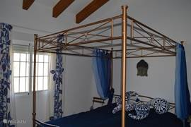 Slaapkamer 1 met bed 1.60x2.00 meter en badkamer met douche, toilet en wastafel en suite.