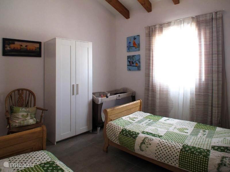 Slaapkamer 3 met 2 bedden 0.80x2.00 meter. Tevens een babybedje. Een babystoel en badje zijn ook aanwezig.