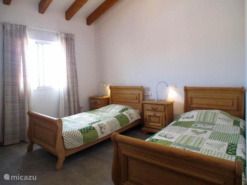 Slaapkamer 3 met voor slaapkamer 2 en 3 een badkamer met ligbad, toilet en wastafel.