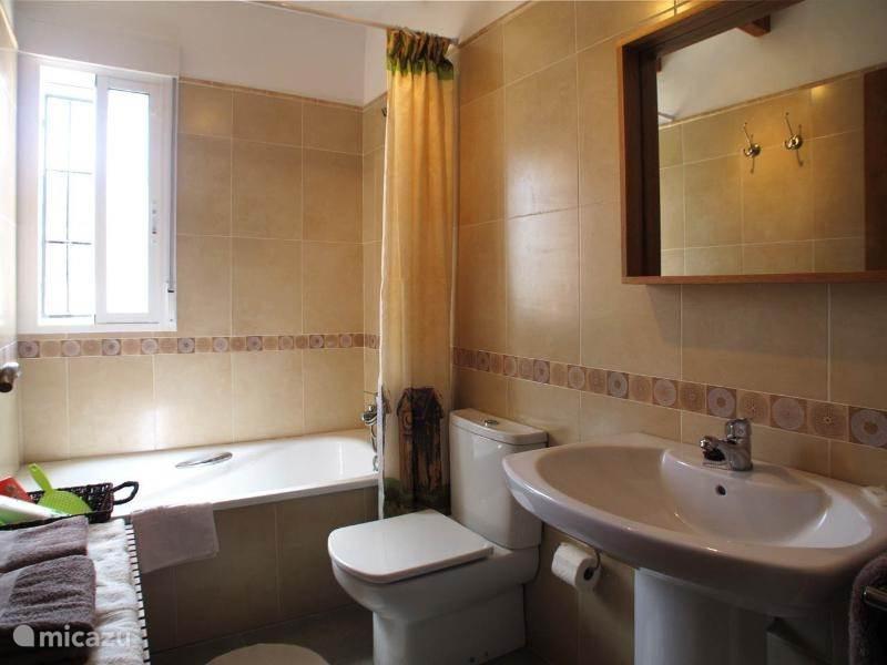 Badkamer met ligbad, toilet en wastafel voor slaapkamer 2 en 3.