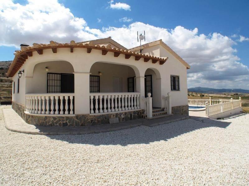 Een smaakvol gebouwde en ingerichte villa met volledige privacy en geweldige uitzichten.