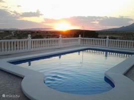 Op het terras bij het zwembad kunt u elke avond weer genieten van de schitterende zonsondergang.