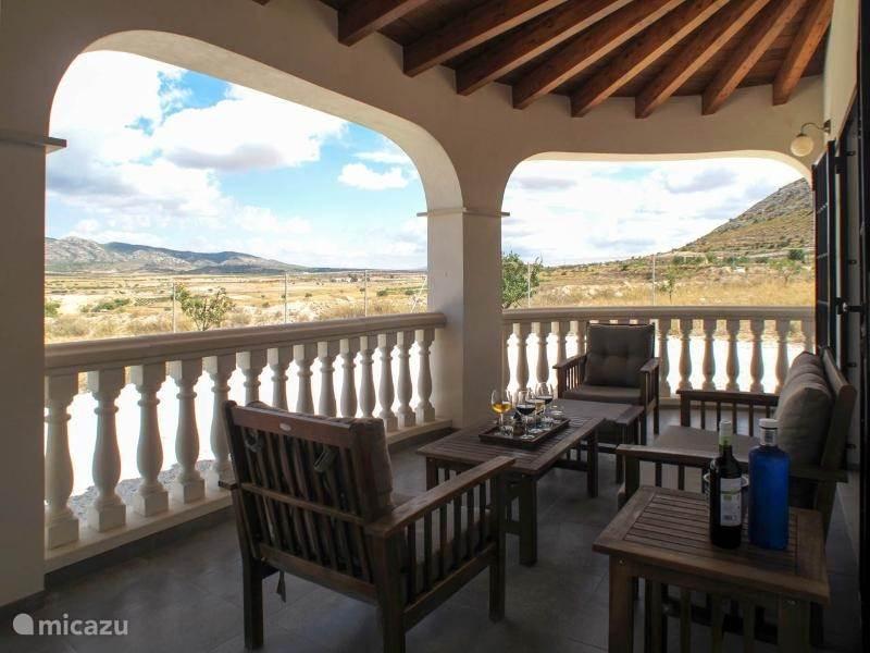 Op het terras met openslaande deuren vanaf de woonkamer en keuken heeft u een mooi uitzicht op de berg El Carche.