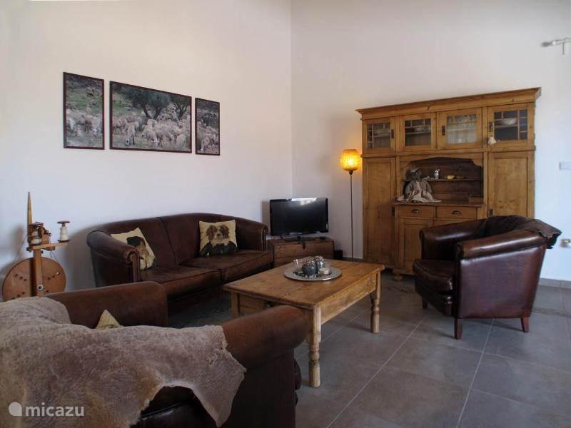 De woonkamer heeft een gezellig zitje met een Flatscreen TV 80cm met Spaanse TV en Chromecast. Tevens snel internet en WiFi beschikbaar.