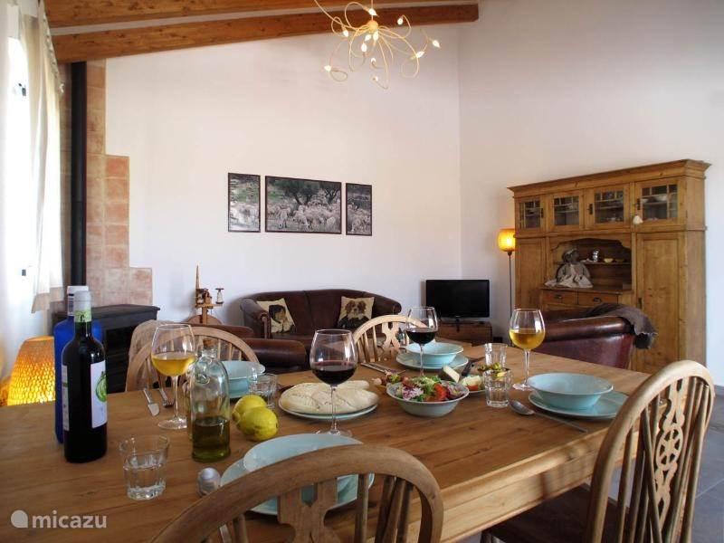Ook een eetkamertafel met 6 stoelen