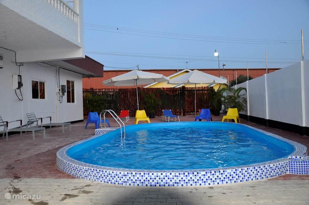 Zwembad met terras eromheen, lengte 8 meter x breedte 4 meter x 1,20 diepte. Dit zwembad wordt wekelijks gecontroleerd en schoon gemaakt. U krijgt 2 strandbedden en 2 stoelen erbij.