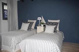 slaapkamer met losse bedden