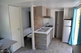 Keukenhoek met grote koelkast en vriesvak.trigano mobile home, greenchalets