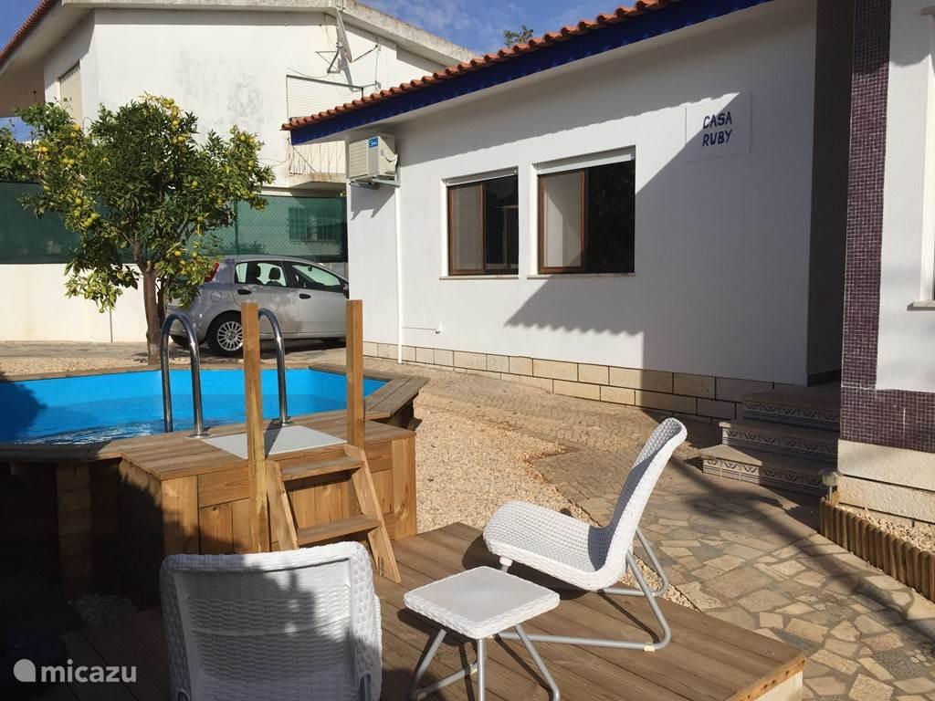 Casa Ruby private villa. In het centrum van Alvor deze fantastische vrijstaande villa voor 6 personen.  Alles op loopafstand strand, restaurants ,bars, supermarkt. En toch volledig privé.