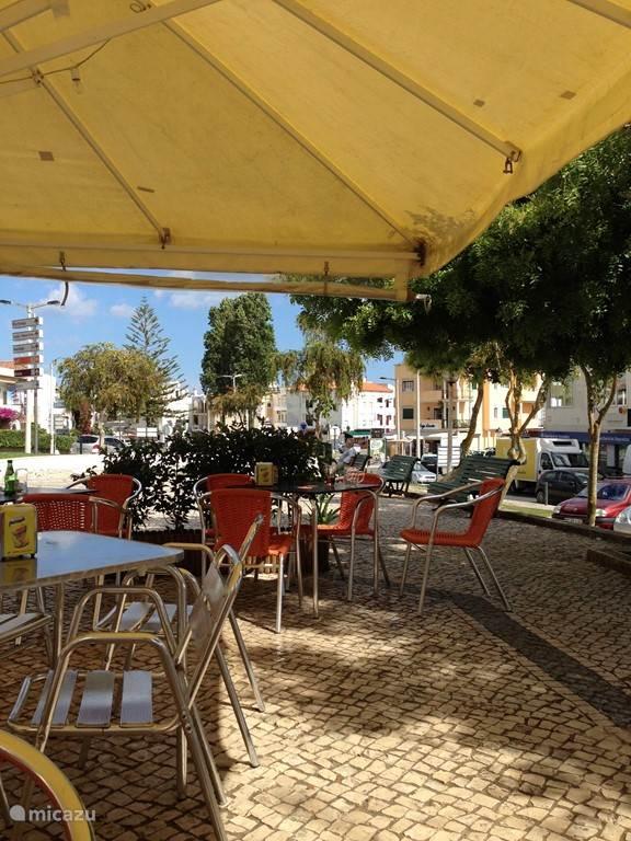 Veel terrasjes in Alvor en deze staat midden in het centrum. En slechts 5 minuten lopen van de villa.