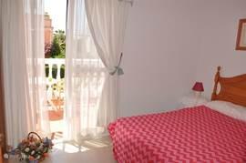slaapkamer met een grote balkon