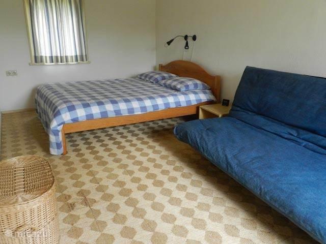 Slaapkamer met 2-persoons bed en slaap-bank.