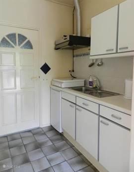 Het keukentje met koelkast, 4-pits comfort, koffiezet-apparaat en magnetron.
