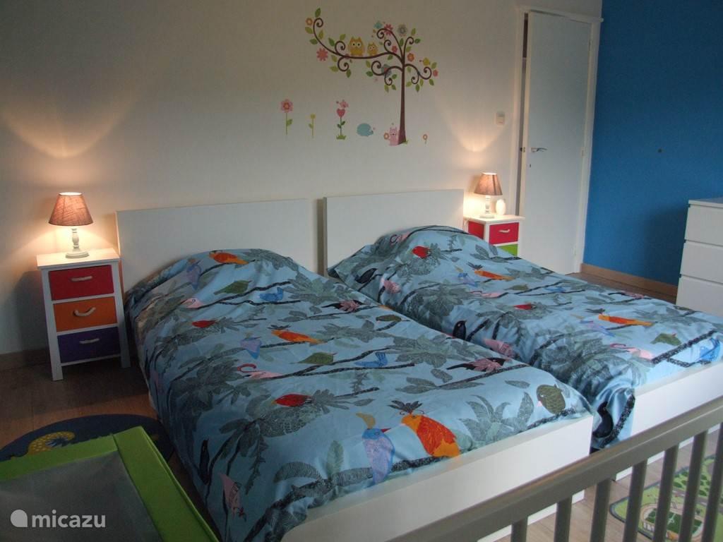 Een gezellig tweepersoonskamer met een babybed
