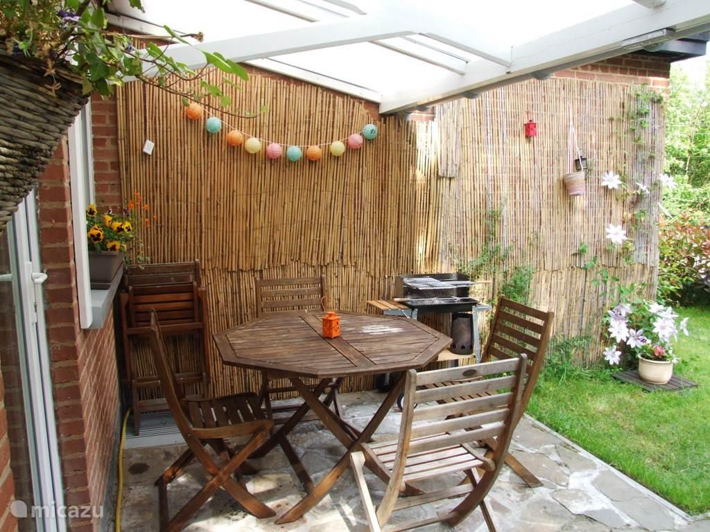 Een tweede terrasje met een  barbecue