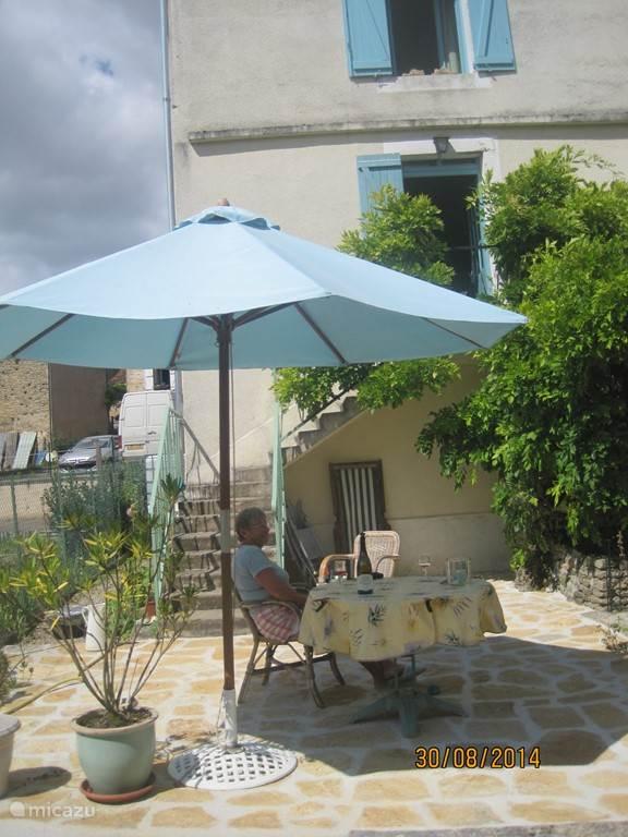 In de zomer 2014 is ons terras vernieuwd met echt bourgondische natuursteen.