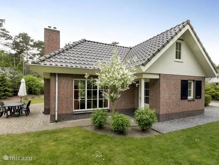 Luxe vakantievilla met grote eigen tuin, gelegen in de bossen van Droompark Beekbergen op de Veluwe.