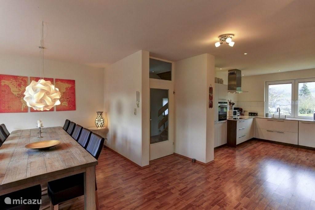 Modern ingerichte woonkamer met een eettafel voor 10-12 personen