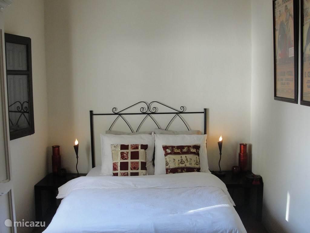 Een van de gastenkamers, voorzien van een nieuw tweepersoonsbed, badkamer en suite, een kledingkast voorzien van voldoende kledinghangers en een prachtig uitzicht. Ramen zijn voorzien van horren en luiken. De derde slaapkamer heeft twee eenperssonsbedden.