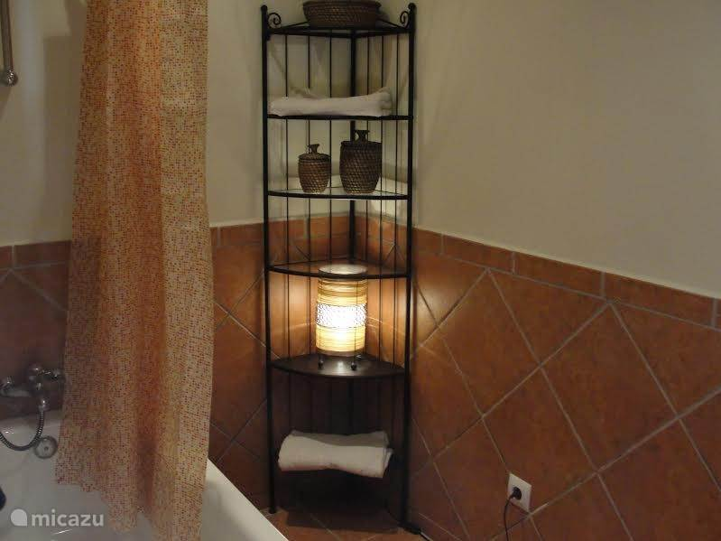 In het huis zijn drie slaapkamers, alle voorzien van een eigen badkamer in dezelfde Spaanse stijl. Twee slaapkamers hebben een bad in de badkamer, een slaapkamer een inloopdouche.