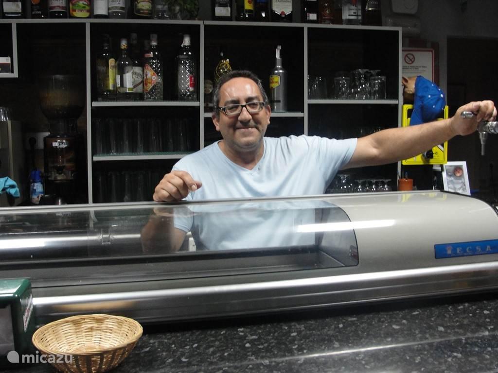 Heerlijk om bij Juan op het dorpsplein koffie of een drankje te drinken.  (Bar el Pescaito)