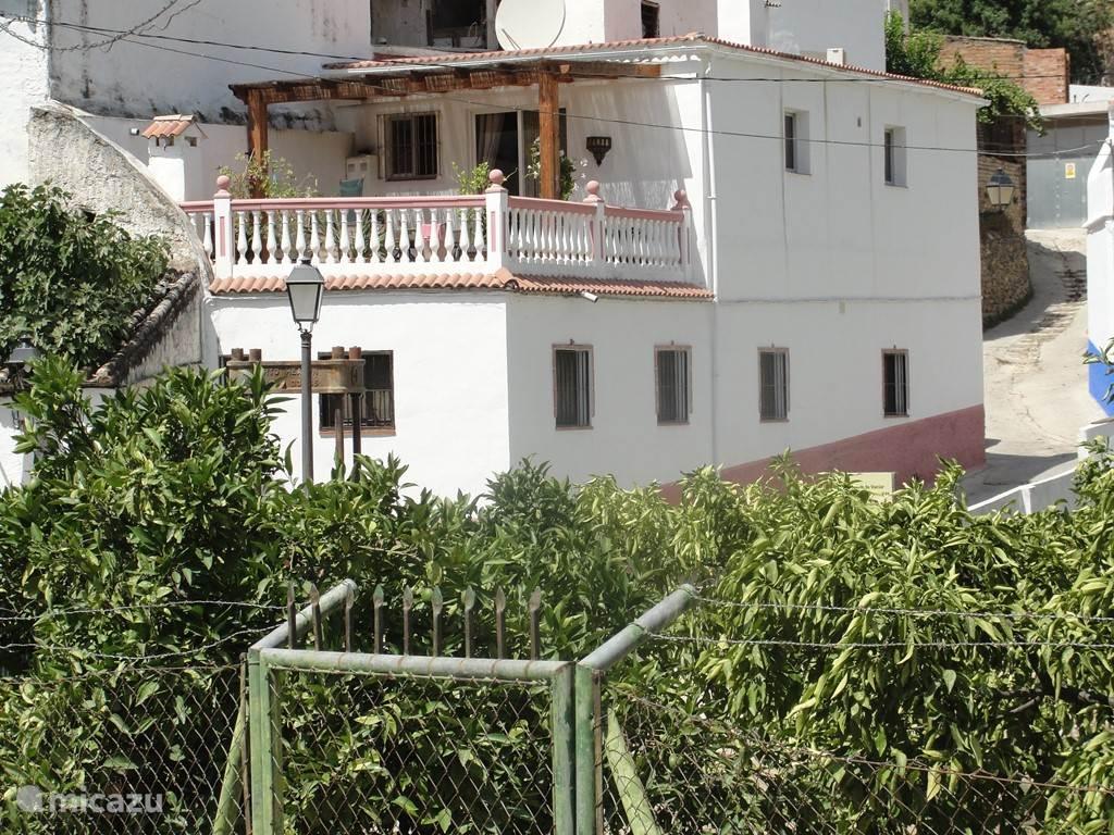 Het huis, met beneden alle slaapkamers en badkamers, boven de keuken en woonkamer en terras. Het ligt aan de rand van het dorp en binnen een paar minuten loopt u door de smalle witte straatjes naar het dorpsplein.