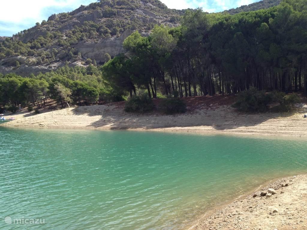 De meren van Ardales, 3 kwartier rijden vanaf Tolox. De route er naar toe is prachtig en eenmaal aangekomen is het er heerlijk vertoeven aan het water, lekker zwemmen een wandeling maken of een waterfiets huren, het is er allemaal mogelijk.